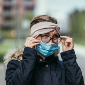 How to avoid fogging your glasses with the mask