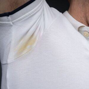 Salt or bicarbonate of soda, remedies against deodorant traces on clothes