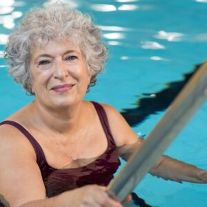 What should a ladder look like that guarantees safe access for the elderly to the pool?